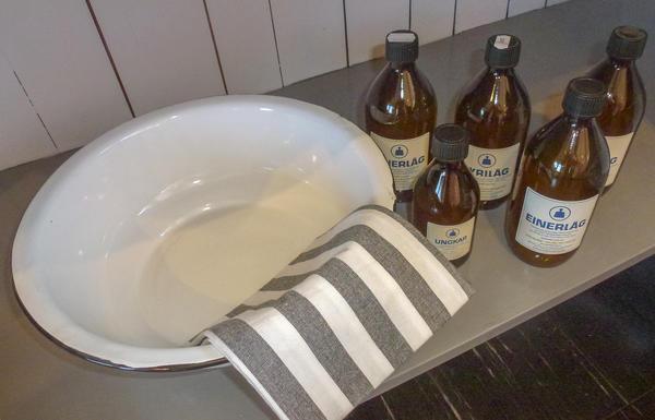 Vaskevannsfat, klut og lokalprodusert såpe som selges i brune glassflasker.. Foto/Photo
