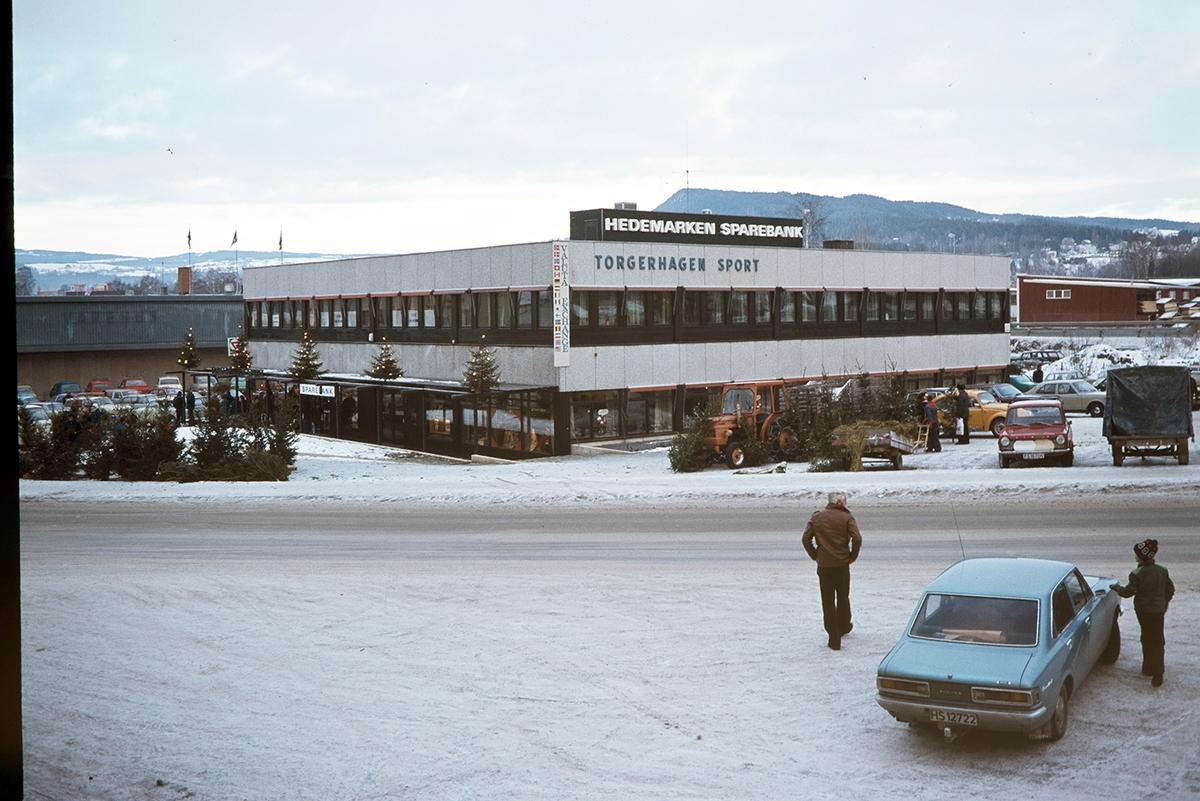 Hedmarken sparebank, Torgerhagen sport, eksteriør, Brumunddal, vinter, juletresalg, folk, biler.
