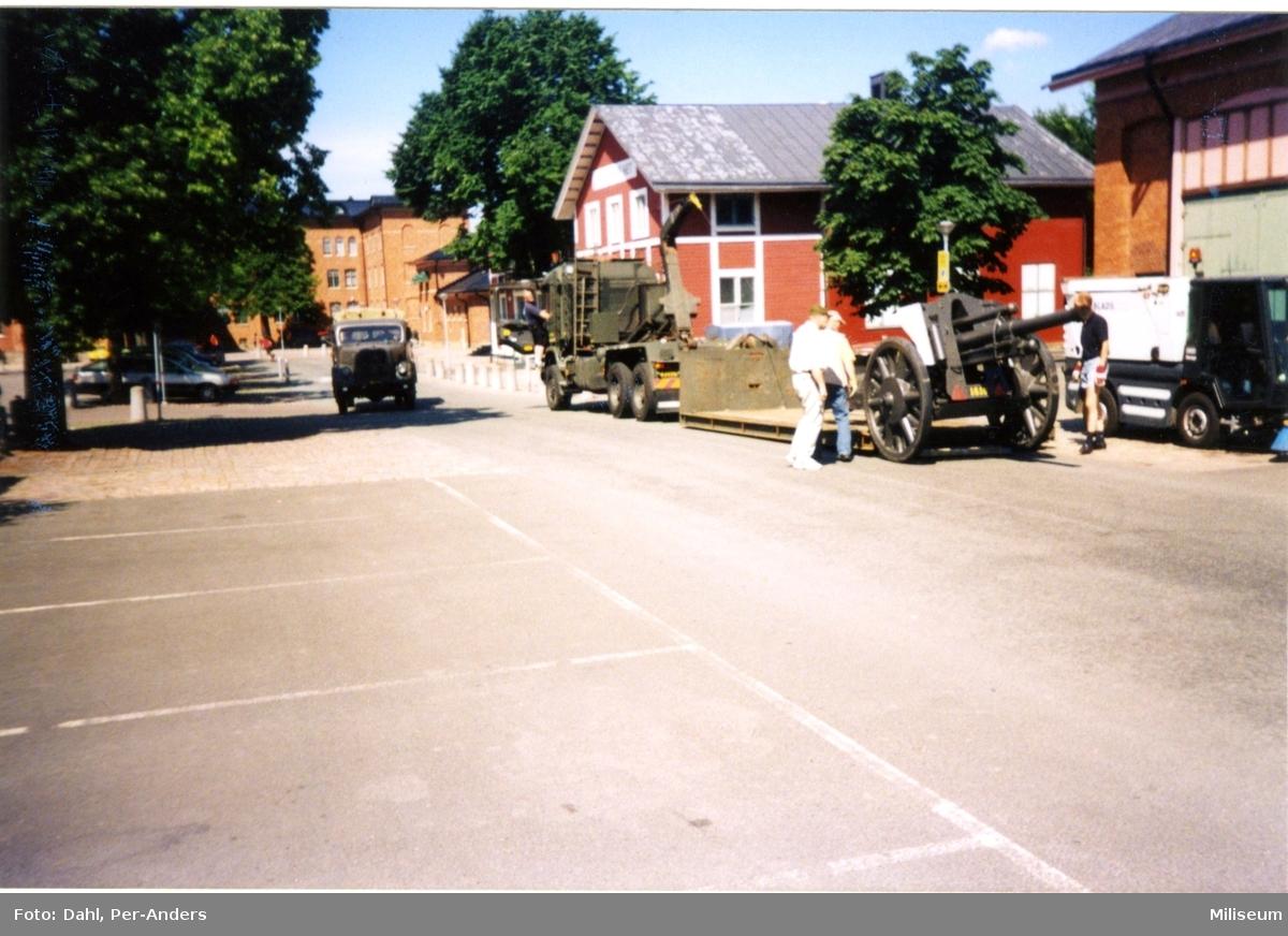 Haubits m/1939. 10,5 cm lastas på trailer.