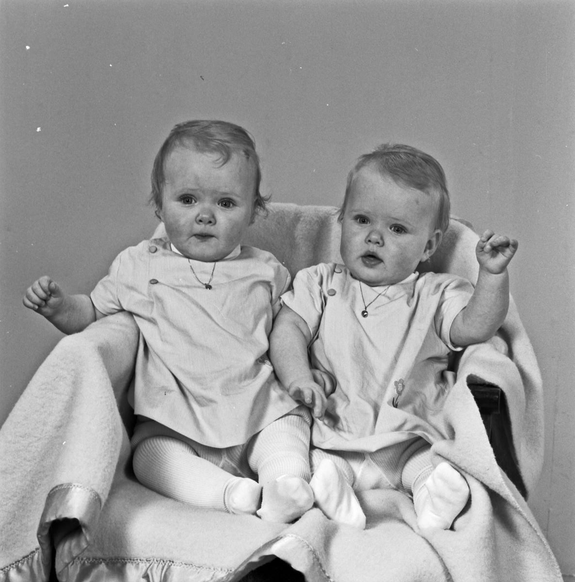 2 Portrett ung kvinne med 2 spebarn på fanget og spebarna for seg selv i en stol - bestiller Ørke