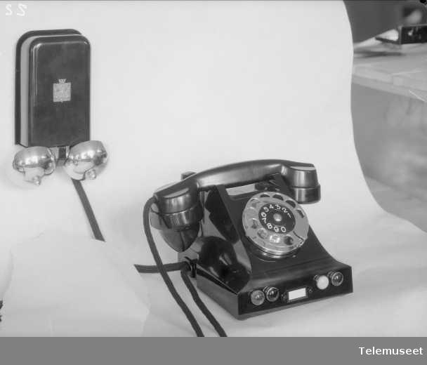 Telefon, bordapparat, automat, i bakelitt, mtlf.liggende, klokke 1000 ohm, Elektrisk Bureau.
