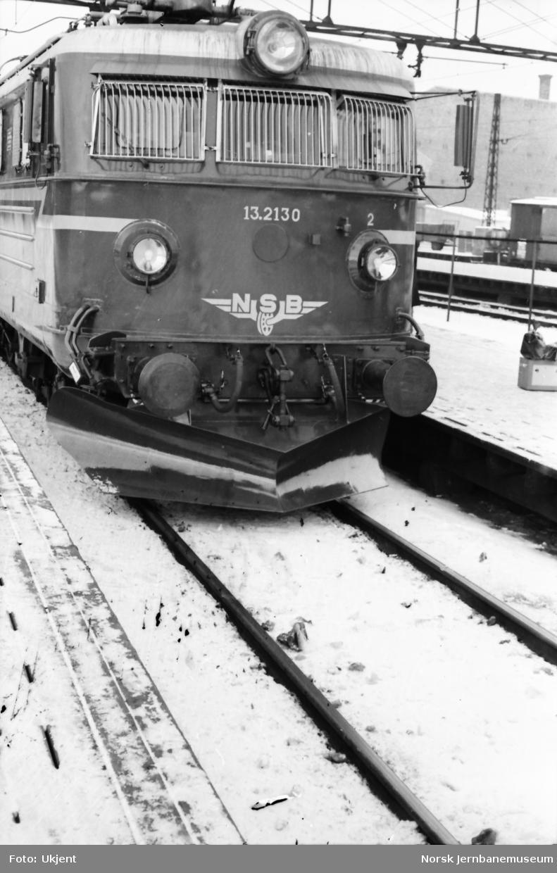 Elektrisk lokomotiv El 13 2130 - prøve med underliggende frontplog på Bergensbanen