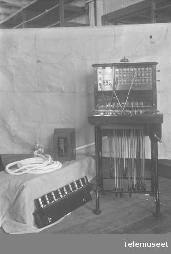 Telefonsentral, magnetoveksler på stativ. Norsk Hydro 23.3.16. Elektrisk Bureau.