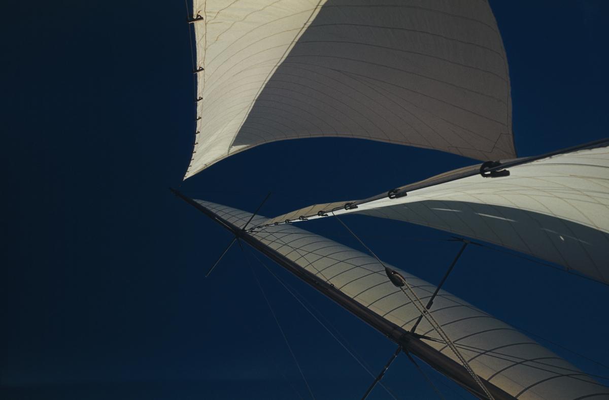 Sträckta segel mot blå himmel.