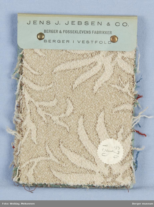 Akantus med blomst (spisse kronblader) Møbelstoff. Prøveboka har 5 prøver. Denne prøveboka er eldst. Før 1942 da firmaet ble et A/S.