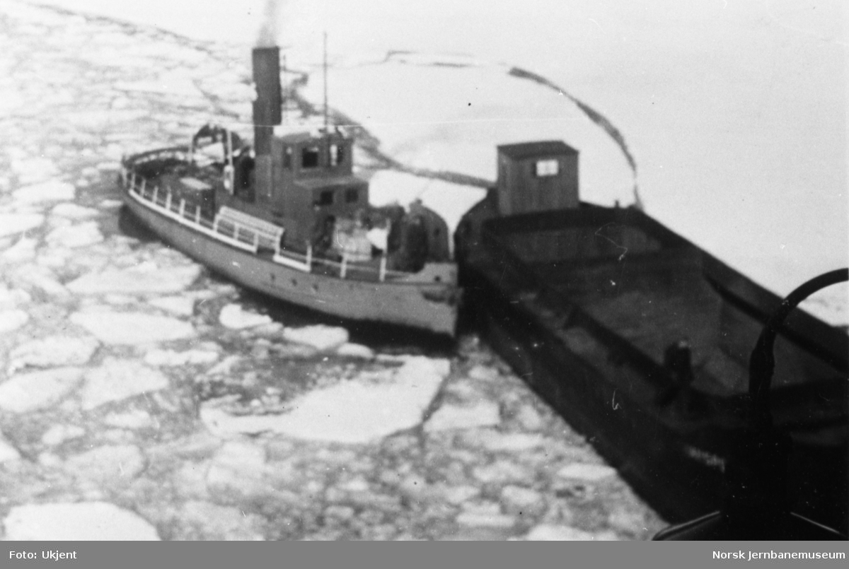 Dampbåten SULITELMA V med pram på Øvrevann eller Nedrevann