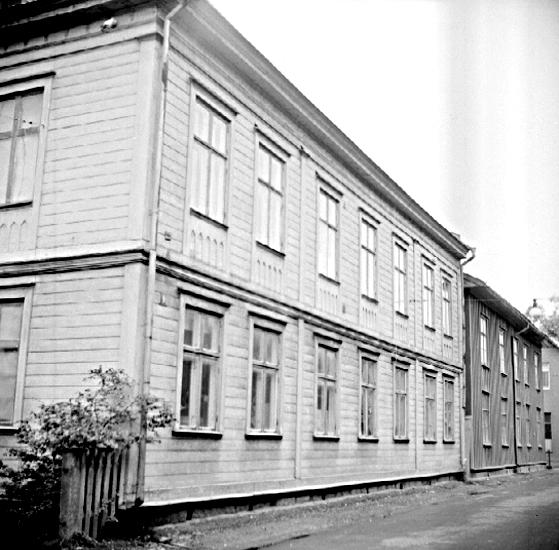Bildtext: Skara.  Kvarteret Tellus nr. 1. Östra Kungshusgatan 9, södra gatuhuset från norr.