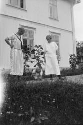 Vaaler gård, f.v. Ragnhild Knudsen, Kari Helene Vaaler leker