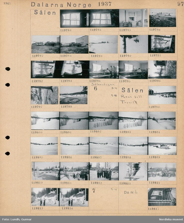 """Motiv: Dalarna, Sälen; Interiör med ett fönster, fåtöljer och bord vid en öppen spis, landskapsvy med bebyggelse i bakgrunden, bilar och en lastbil parkerade framför ett hotell, landskapsvy med ett hotell i bakgrunden, utsikt från ett fönster, en kvinna sitter vid ett öppet fönster, interiö med människor som sitter vid ett långbord i Sälenstugan, en skylt """"Sälenstugan Servering"""", snötäckt landskapsvy med väg och skog.  Motiv: Dalarna, Sälen, Resat till Trysil; Snötäckt landskapsvy med ett hus och skog, snötäckt landskapsvy med fjäll och skog, landskapsvy med en bro, ett hästdraget timmerlass på en kälke, en vägbomm med skylt """"Tull"""", människor vid en parkerad buss, en gruppbild, två kvinnor står vid en vägbomm med text """"Zoll Tull"""" och i bakgrunden en skylt """"Trysil Tollstasjon"""".  Motiv: Dalarna, Sälen, Resa till Trysil; Exteriör av ett timmrat hus med skylt """"Toll""""."""