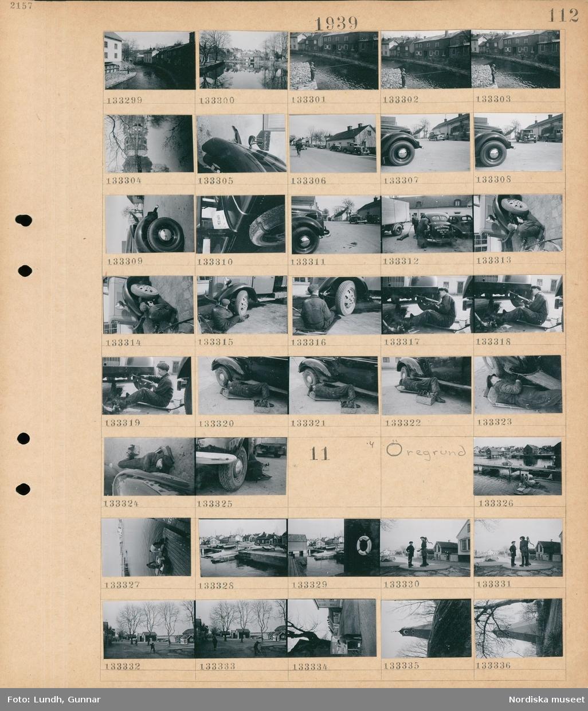"""Motiv: Norrtälje; Stadsvy med en å och bebyggelse, en man som fiskar i en å, en skylt """"Polisen i Norrtälje"""", stadsvy med bilar, en man reparerar en bil med text """"Hallstaviks Bilstation"""", en man reparerar en bil.  Motiv: Öregrund; Två kvinnor tvättar på en brygga, vy över en hamn med båtar och hus, två barn vid en vattenpump, en man läser på en anslagstavla, ett klocktorn."""