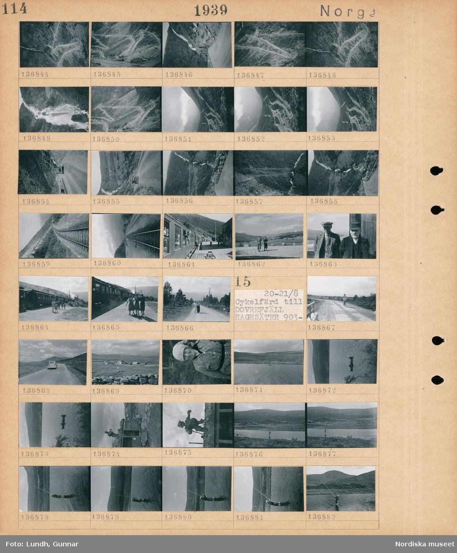 Motiv: Tågresa till Dombås 859- ; En serpentinväg, en bil på en väg, ett vattenfall, järnvägsspår, en järnvägsstation, porträtt av två män, tre kvinnor på en perrong, en kvinna leder en cykel på en väg.  Motiv: Norge, Cykelfärd till Dovrefjäll, Hagesäter 903- ; En cyklist på en väg, en bil på en väg, landskapsvy med hus och fjäll, porträtt av en kvinna, landskapsvy med en båt på en sjö och fjäll, en skulptur på ett hustak, en man fiskar.