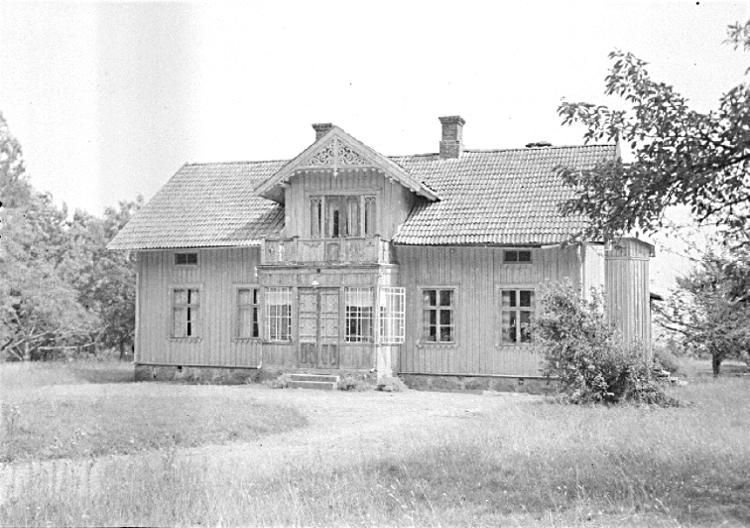 Bildtext: Södra Fågelås socken. Kåkinds härad. Västergötland. Bessgården i Södra Fågelås, där Carl Welin föddes 1811.  Foto: S. Welin 16/7 1925.