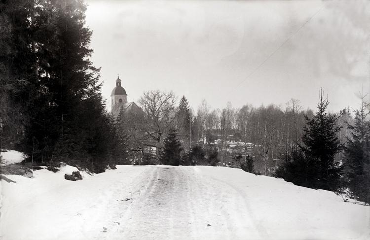Bjärklunda kyrka = Härlunda kyrka.Bjärka och Härlunda sn sammanslagna fr.o.m. 1989 till Bjärkelunda församling. Kyrkan är belägen i Härlunda sn.Vid landsvägen Skara-Falköping, vintern 1893.Plåten spräckt i ena hörnet.