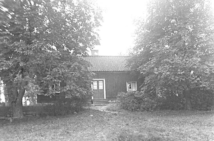 Bildtext: Marums socken. Skånings härad. Västergötland. Gamla kronojägarebostaden i Skyttaheden.  Foto: S. Welin 4/10 1924.