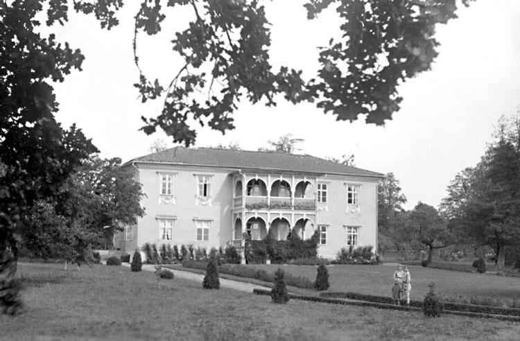 Villa Giacomina, byggt på 1810-talet av landshövding Johan Adam Hierta.Axel Ekvalls samling.Villa Giacomina uppfördes ca 1820. Den strängt nyklassicistiska tvåvåningsbyggnaden av reveterat timmer under valmtak blev byggnadsminne 1979. Till anläggningen hör en stor engelsk park.http://www.ne.se/jsp/search/article.jsp?i_art_id=189591