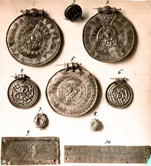 Bildtext: Fynd i SHM.  Brakteater från Västergötland.   Statens Historiska Museum (SHM).