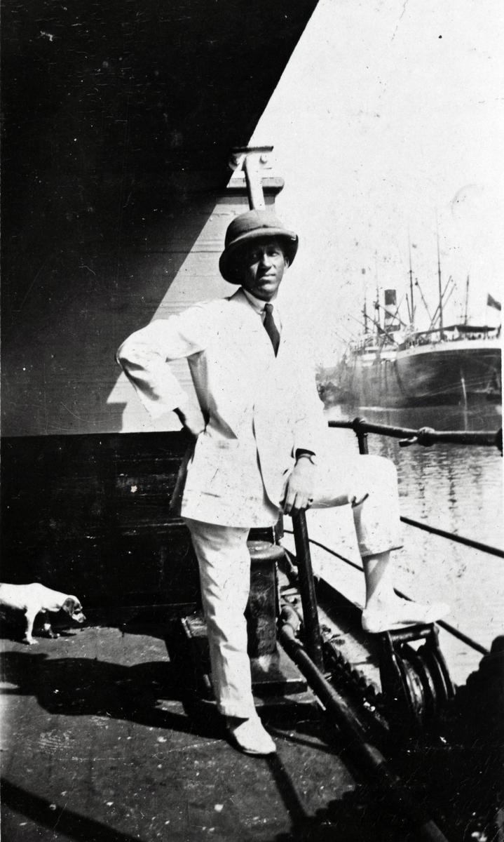 Kinaskipper Bjarne Møller med tropehjelm ombord i D/S 'Pronto' (b.1920) av Haugesund