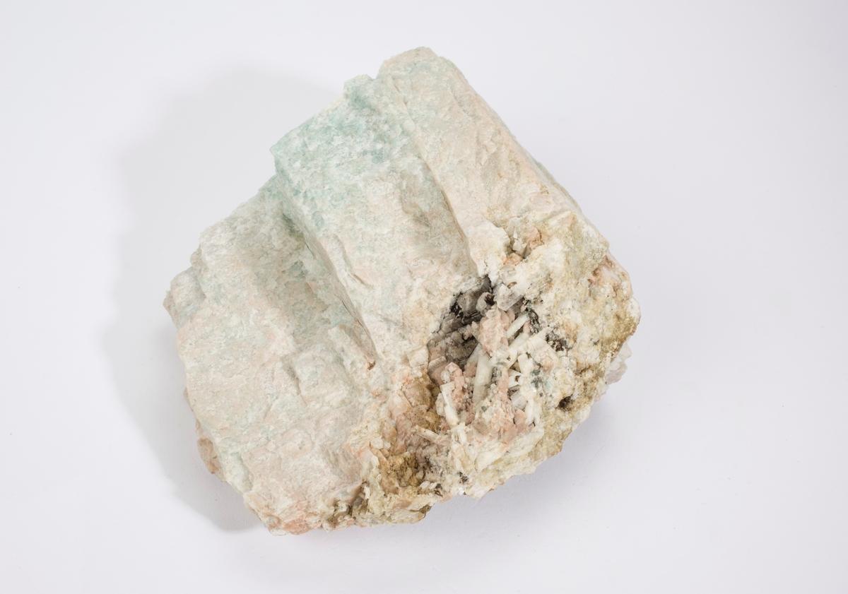 Milaritt xls, hvit, litt klar, i druse i mikroklin/svak amazonitt med albitt og mikroklin xls. Heftetjern granittpegmatitt, Tørdal.