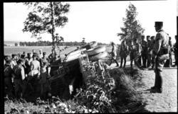 Bärgning av lastbil, A 6. Kaptenen med käppen är Engström.