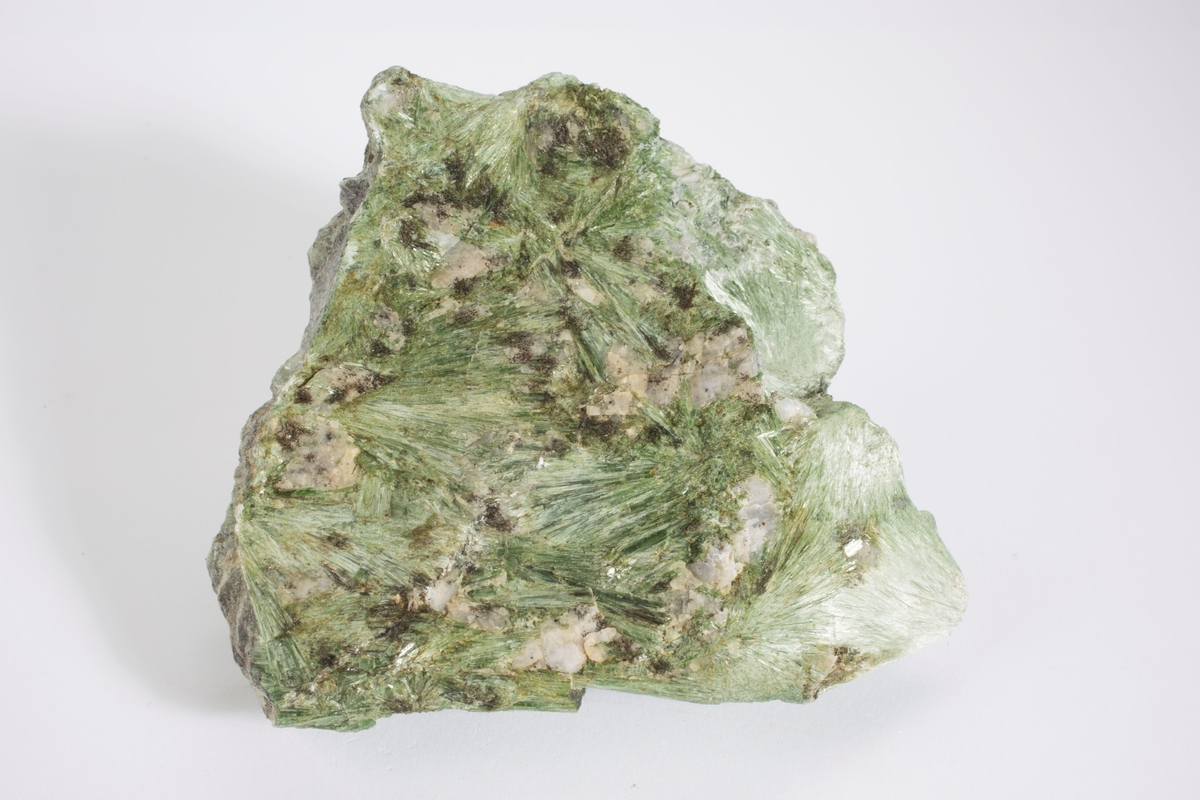 Smaragdgrønn, i fanshape, Cr-holdig.