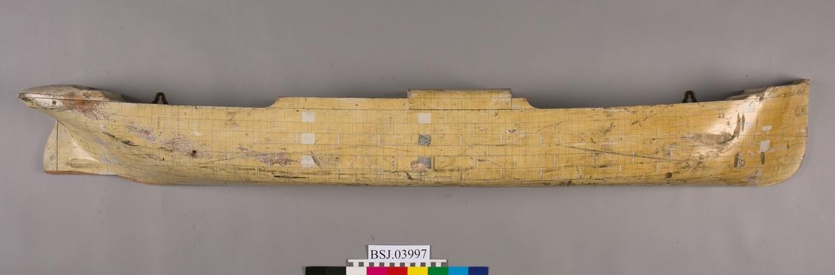 Halvmodell av dampskip uten påført byggenummer. Platene og dimmensjonene inntegnet.