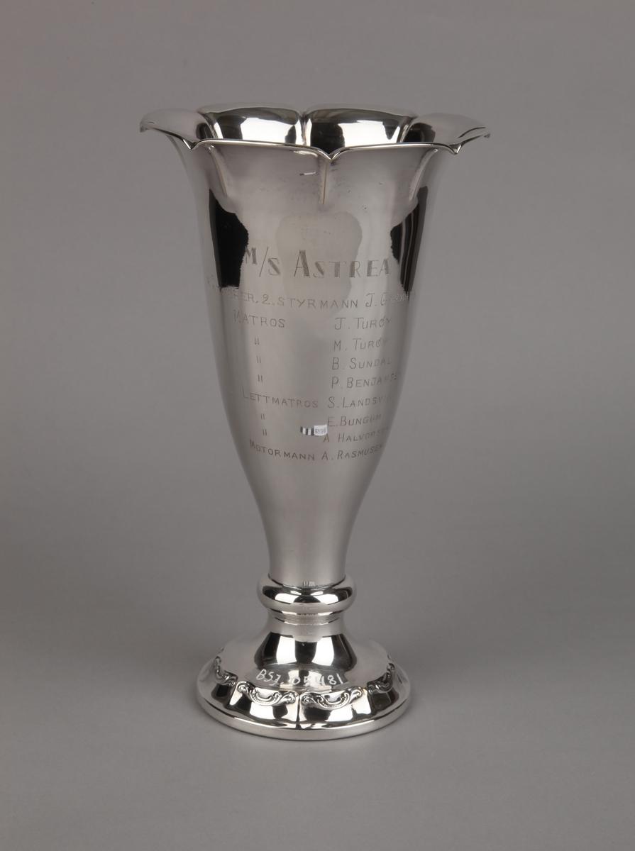 Sølvpokal gitt MS ASTREA fra Norsk Sjømannsforbund, på sokkel.