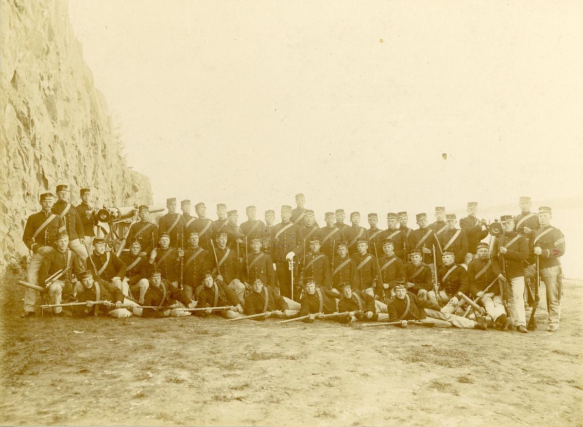 Grupporträtt av soldater vid Vaxholms artillerikår No 8, 1890-talet.