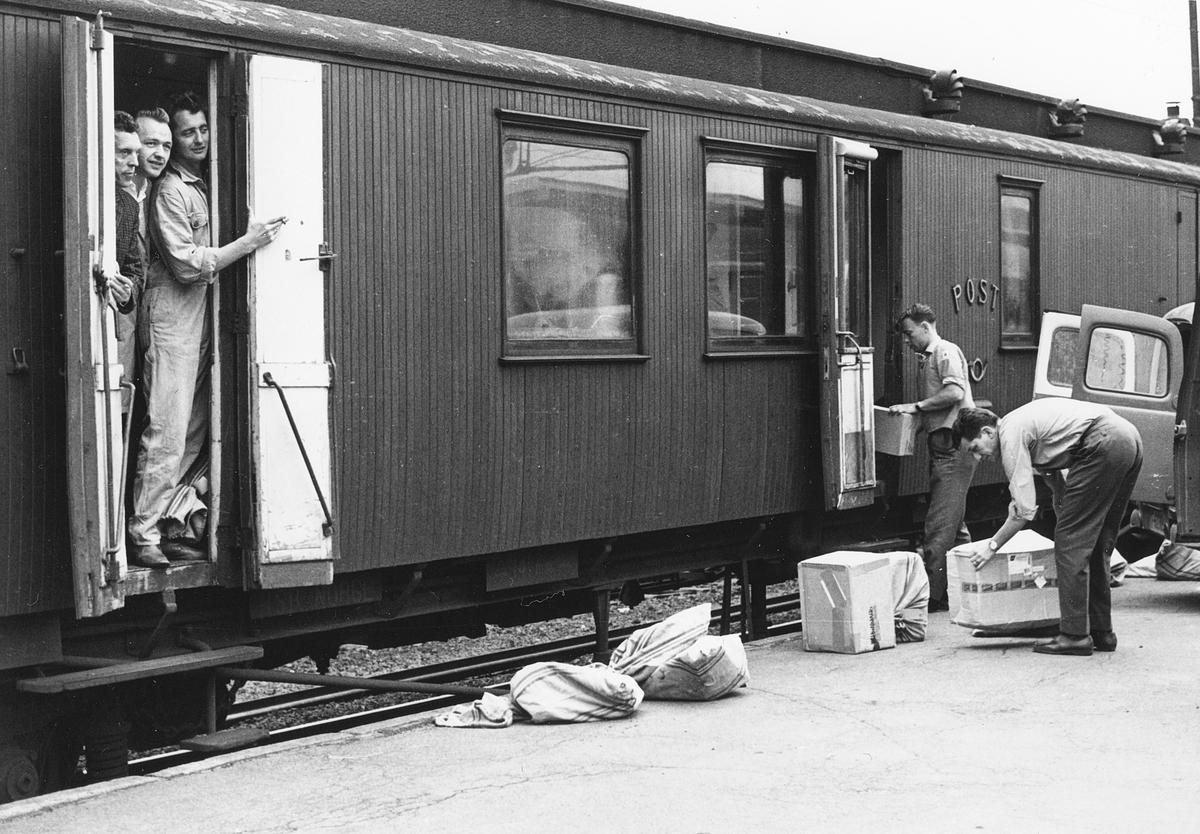 transport, tog, eksteriør, Oslo-Drammen-Hønefoss, postsekker, pakker, lasting, menn