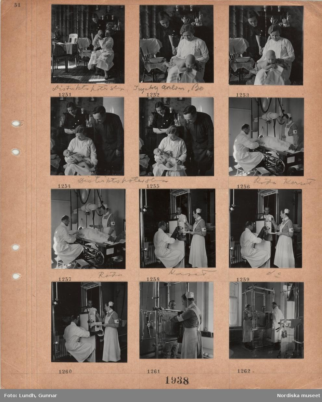 Motiv: En kvinna, distriktssköterska Ingeborg Axelson, Bo, i vit rock med ett naket spädbarn i knäet, tvättfat och babykorg bredvid, barnets mor(?) och en äldre man tittar på, navelbinda, interiör från sjukhus, Röda Korset, man i vit rock och kvinna i sjuksköterskeuniform vid en liggande manlig patient, man i vit rock och stora mörka handskar och kvinna i sjuksköterskeuniform vid röntgenundersökning av en stående man, kvinnan håller ett glas med kontrastvätska(?) i handen.