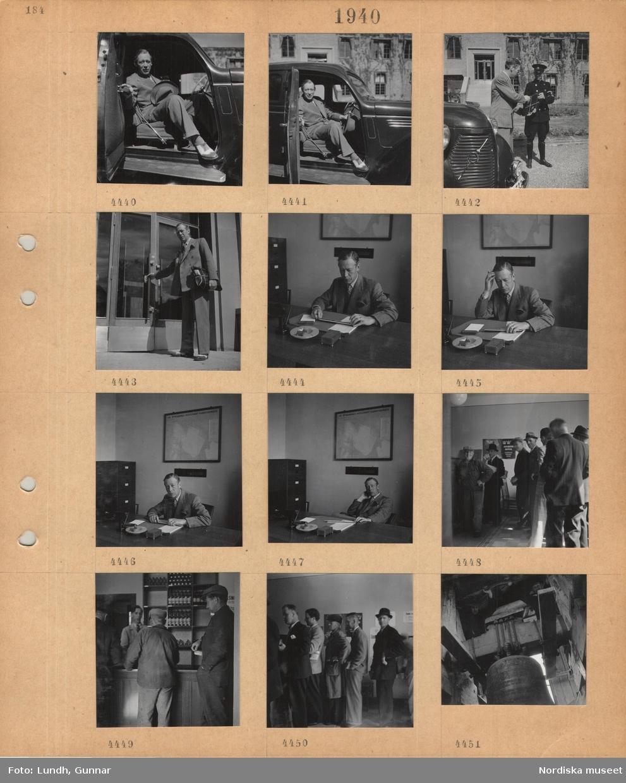 """Motiv: En man i kostym kliver ur en bil, får ett paket av en man i uniform med ridbyxor och stövlar, går in i en större byggnad med paketet, sitter vid ett skrivbord framför en karta över Åtvidabergs industriers fabriksområde, män står i kö i en butik, anslag på väggen """"ALLVARSTID KRÄVER"""", expedit bakom disk, flaskor på hyllor, män står på en bjälke ovanför en stor hängande klocka."""
