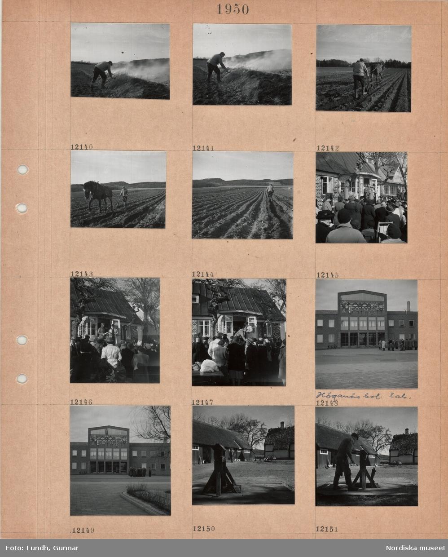 """Motiv: En man eldar vid en åkerkant, en man plöjer med hästdragen plog, bostadshus med skylt """"Bökeberg"""", en auktionsutropare står i dörren, publik på gårdsplanen, stor tegelbyggnad, Höganäsbolagets laboratorium, med fasadutsmyckning och bokstäverna H B i ett ankare, en grupp män framför byggnaden, gårdsplan med brunnsvev, en man med hink, en flock hönor, en man vevar upp vatten ur brunn på gårdsplan."""