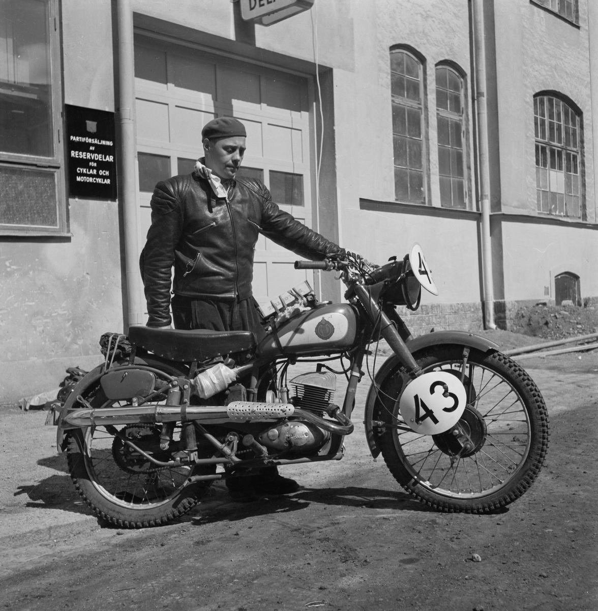 """Elon""""Guld"""" Forsberg med motorcykel, Nymanbolagen, Uppsala, juni 1952"""