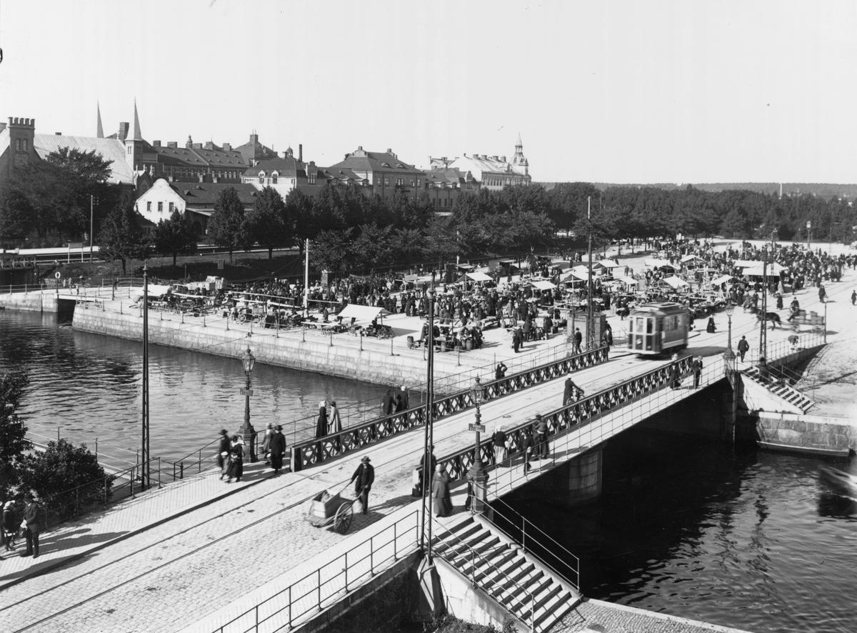 Hamntorget (Fisktorget) med Islandsbron i förgrunden.