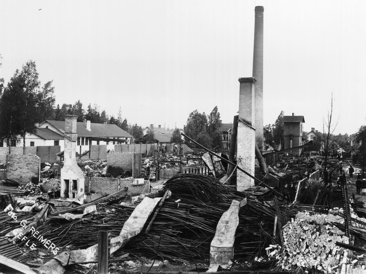 Eldsvåda 1913, som ödelade större delen av fabriken See Fabrik AB (Seefab). Fabriken startade sin verksamhet 1895 med tillverkning av paraplyspröt. Senare tillverkades även kalldragna stålrör, för t.ex. cykelramar. Fabriken övertogs 1960 av Sandviks AB.