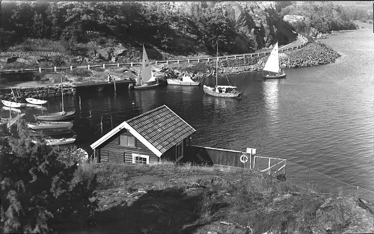 """Enligt Bengt Lundins noteringar: """"Ulvesund. Strandbadets båthamn. Vykort TF 1073 BL 1250""""."""