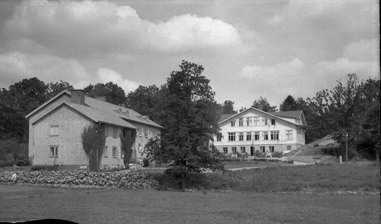 """Enligt Bengt Lundins noteringar: """"Restenäs. Solbacken och skolbyggnaden. Vykort TF 7793 Foto BL 1396""""."""