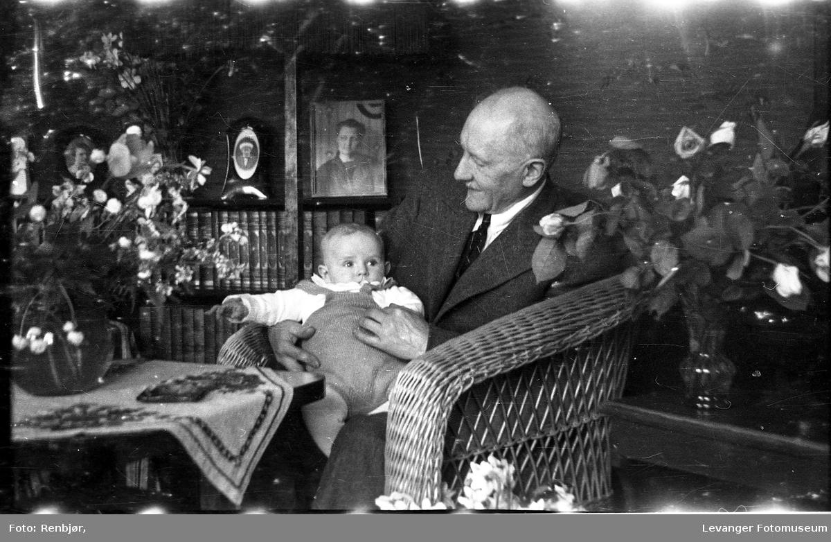 Portrett av en Bent Jørgensen. med barnebarnet Per Bwernhard på fanget.