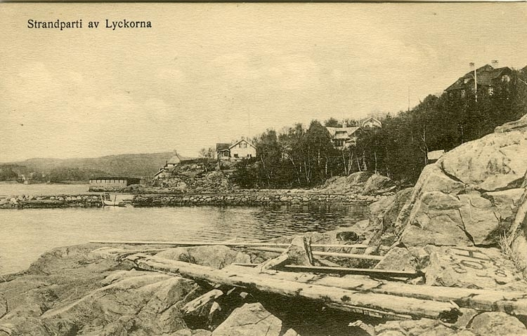 """Enligt Bengt Lundins noteringar: """"Strandparti av Lyckorna. Vrakgods. Badhus""""."""