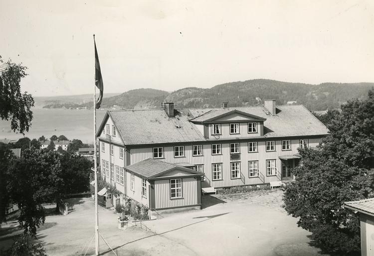 """Enligt Bengt Lundins noteringar: """"Västkustens Ungdomsskola. Ljungskile""""."""