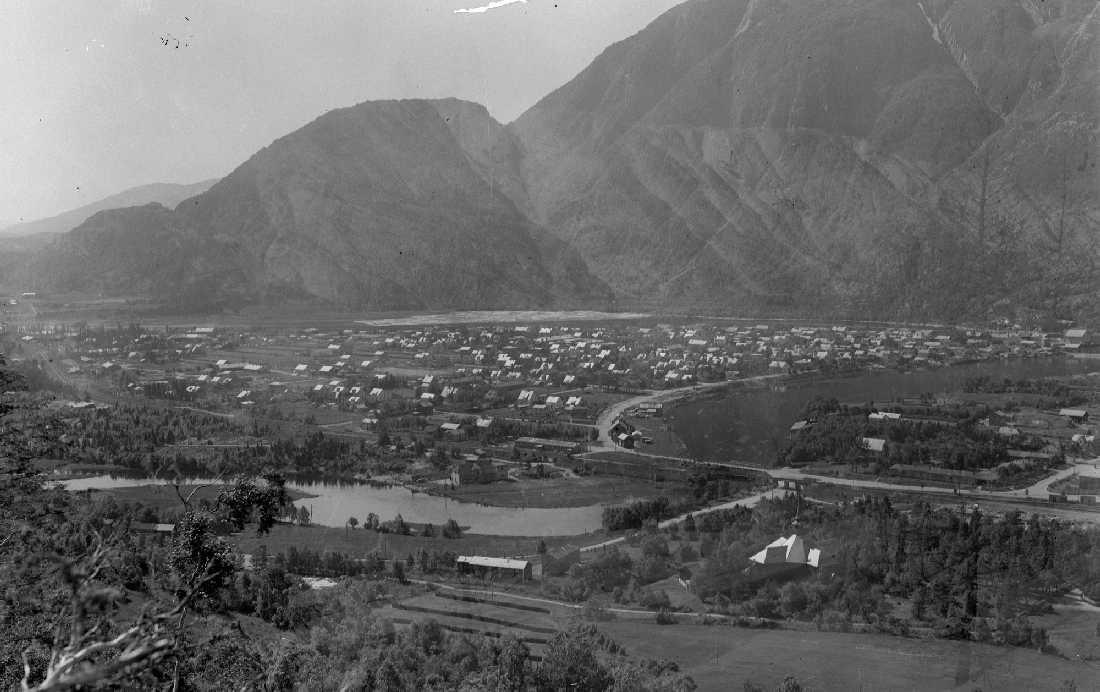 Oversikt over Mosjøen, byflata, kirka m.m. Tatt fra Dolstadåsen