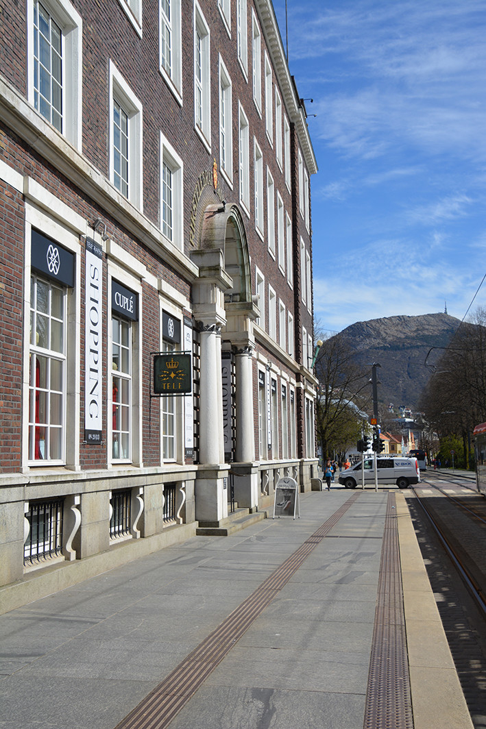 Bergen telegrafbygning er tegnet av arkitektene Berner og Kielland. Det er brukt klinkerbrent teglstein med hvite marmordetaljeringer. Hovedfasaden mot parken er intakt, og har fremdeles originale symboler, vindusgitter og veggfaste utelamper (1997).