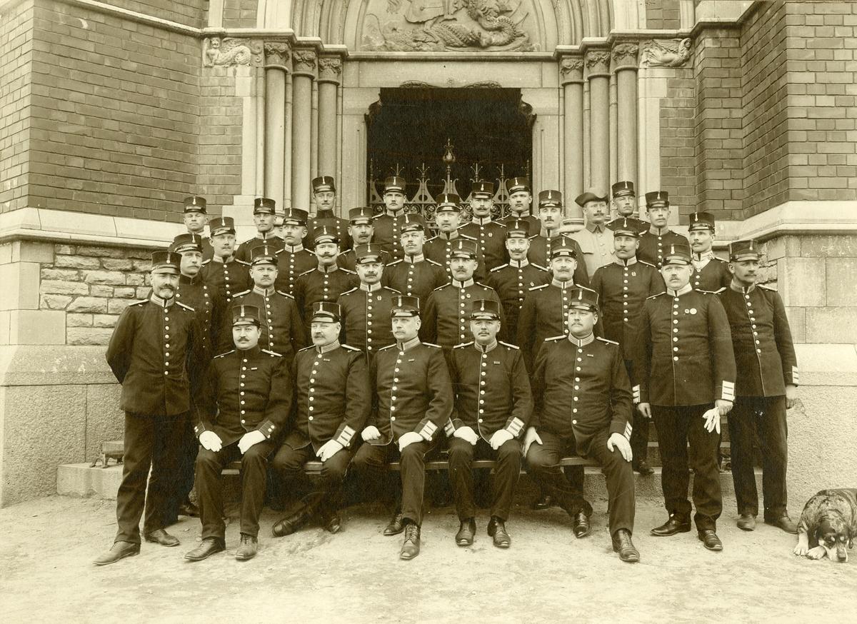 Grupporträtt av officerare vid Svea livgarde I 1 och Göta livgarde I 2 framför Gustav Adolfskyrkan.