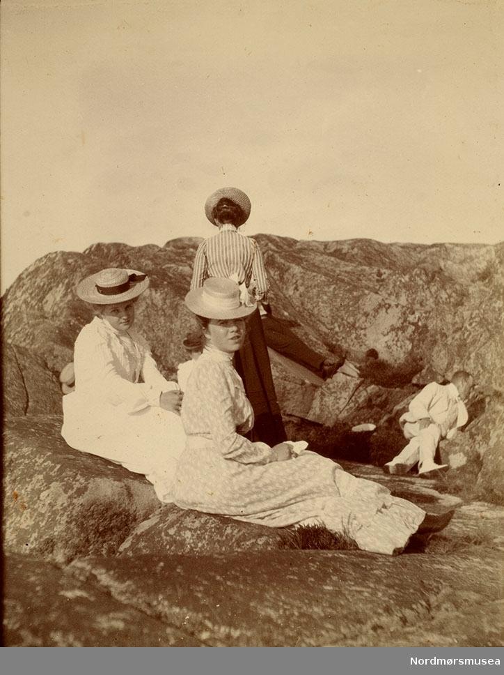 serie fra svabergene..  Bilde fra Marie Knudtzon (1879-1966) sin fotosamling. Se bilde nr KMb-2010-011.0001 for mer biografi. Fra Nordmøre museum sin fotosamling.