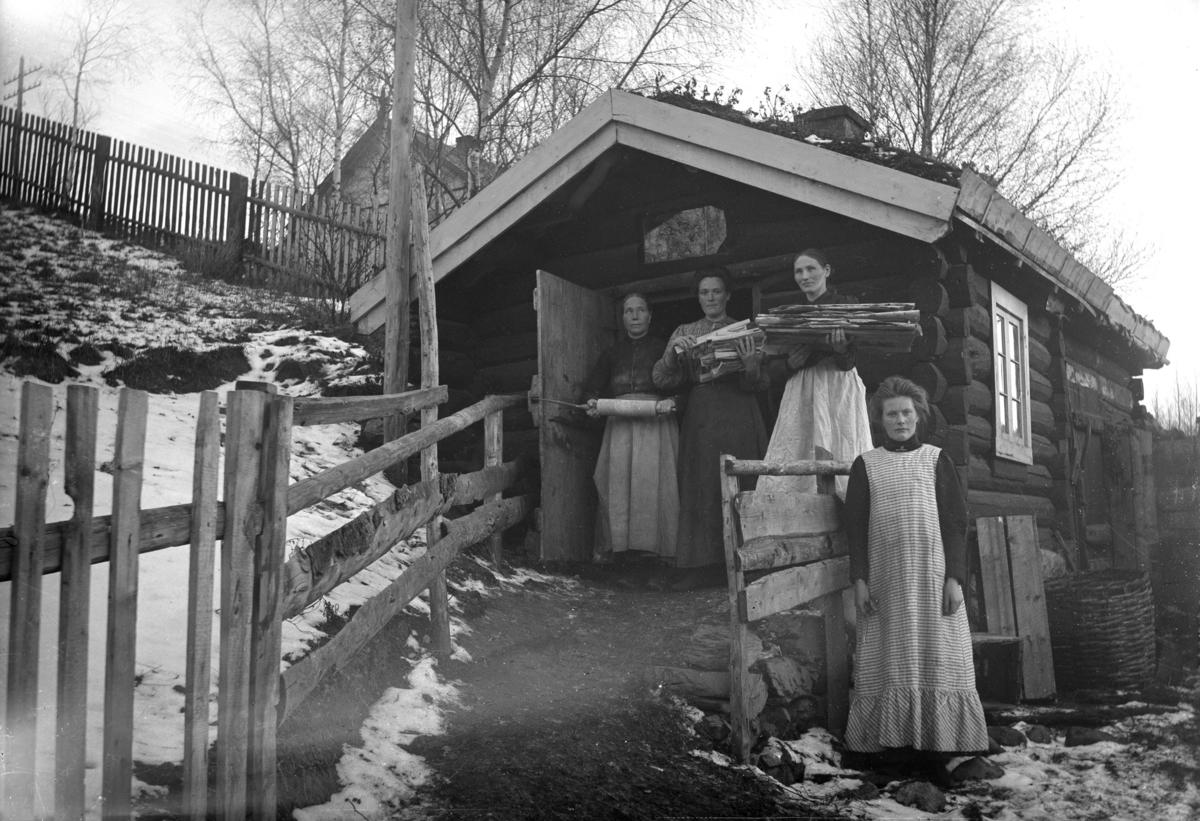 """""""Flatbrødbaking hjå urmaker Jon Skoe. Goro Skoe nr. 2 fra høgre. Vinstra 1905-11"""""""