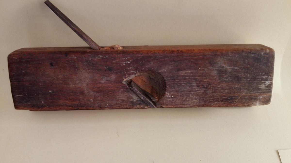 Pennhøvelen vert nytta til å høvle penn (fjør), til dømes for å laga penn som skal  gå inn i not i panel og golvbord som har not og fjør.  Høvelstokken er høgare på høgre sida, og høvelstålet er delt i to  med ulik breidd. Pennen vert laga i mellomromet mellom blada.  Høvelstålet er nedfelt i høvelstokken  og halde fast med ein kile