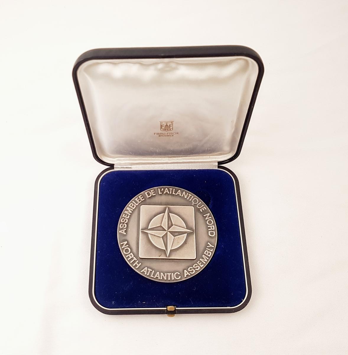 Natos stjerne preger medaljens forside