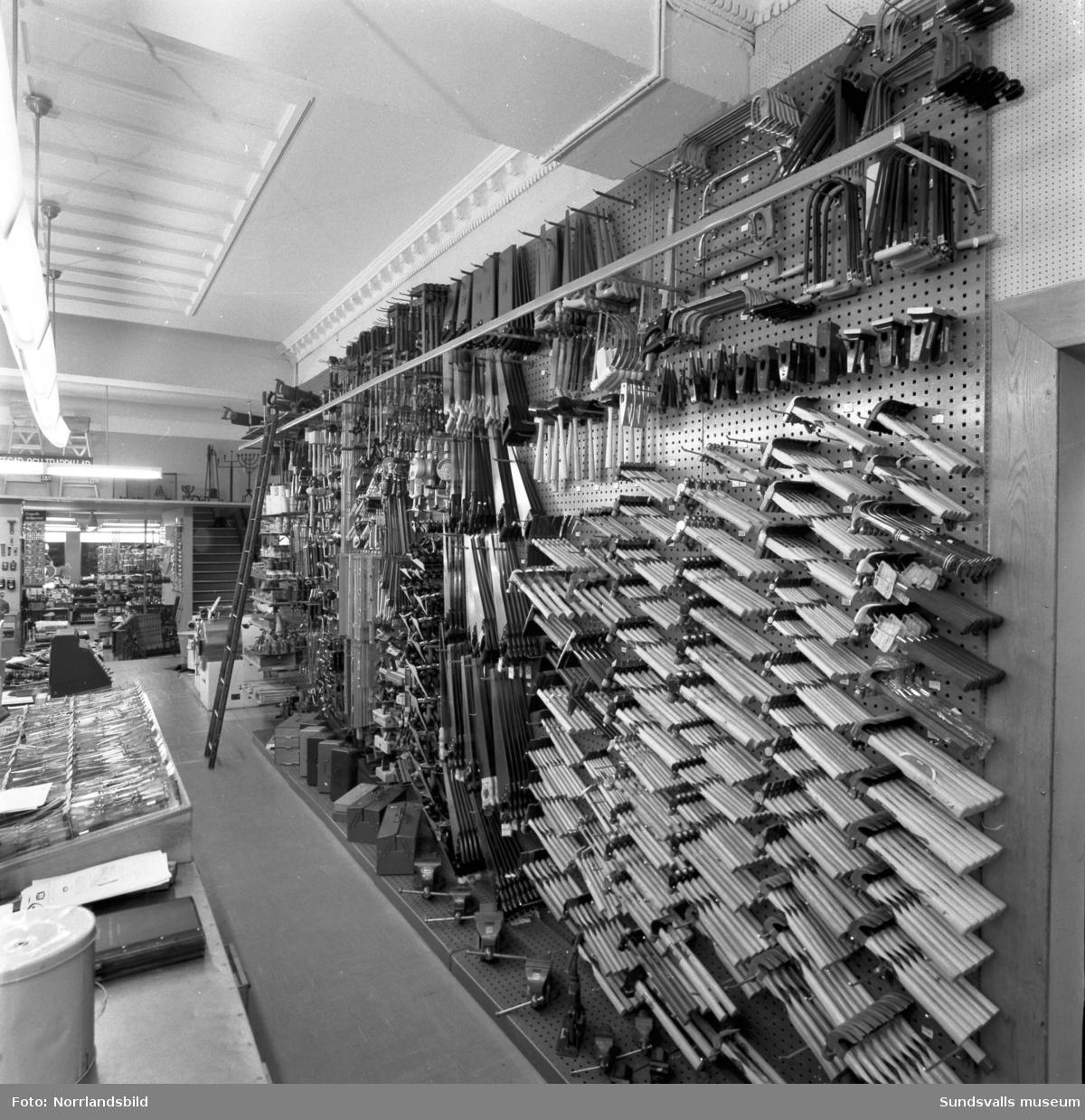 Interiörbilder från Näslund & Viklunds Järn med verktyg och övriga järnhandelsvaror.