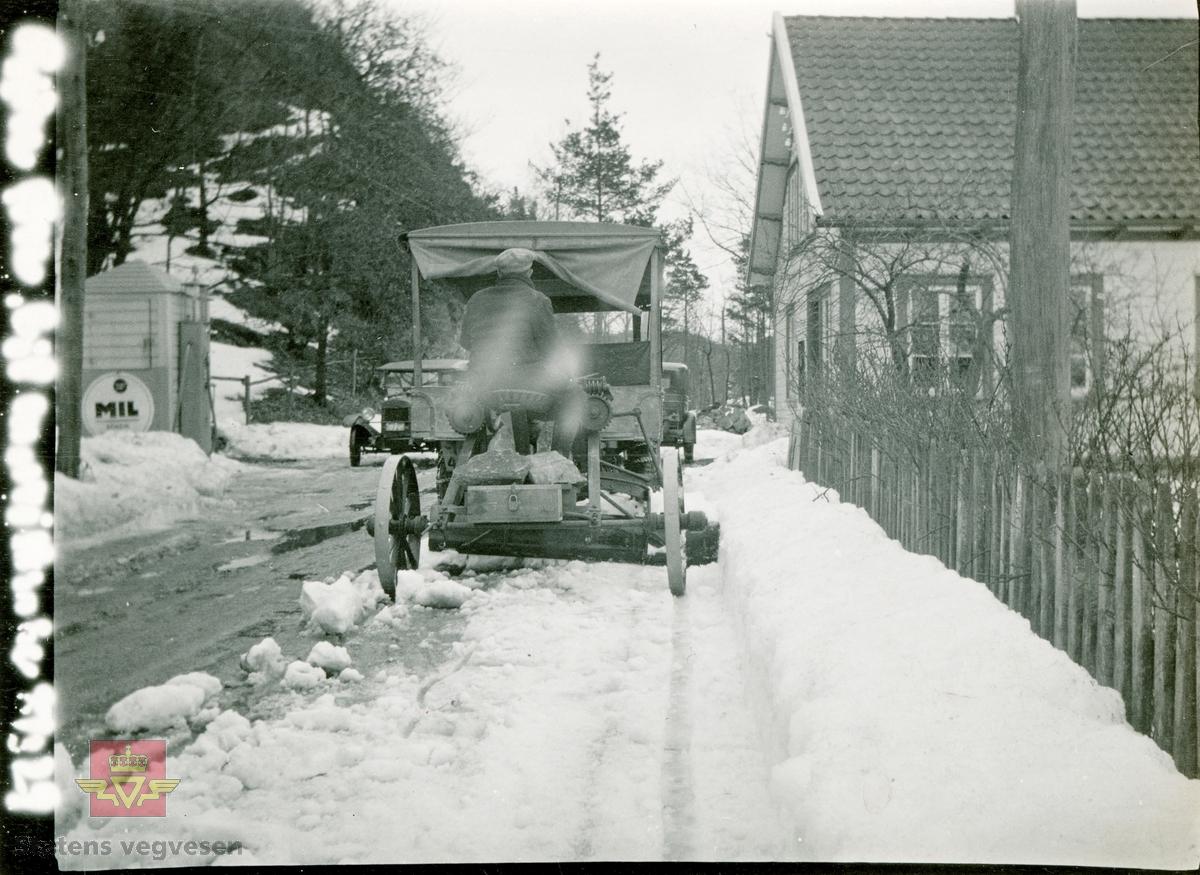 Kvernelands slepeveghøvel/vegskrape i bruk til snørydding i gatene. Fra Kvernelands Fabrikker.