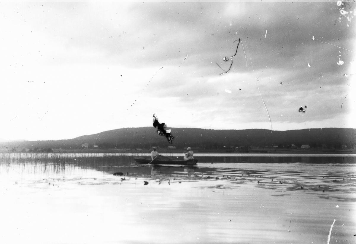 I roddbåt på sjön.