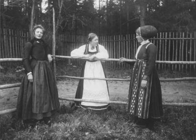 Kvinner i folkedrakter 1903 NF.00657-027